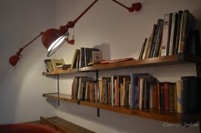 If only all cafes had shelves filled with books. My heart.